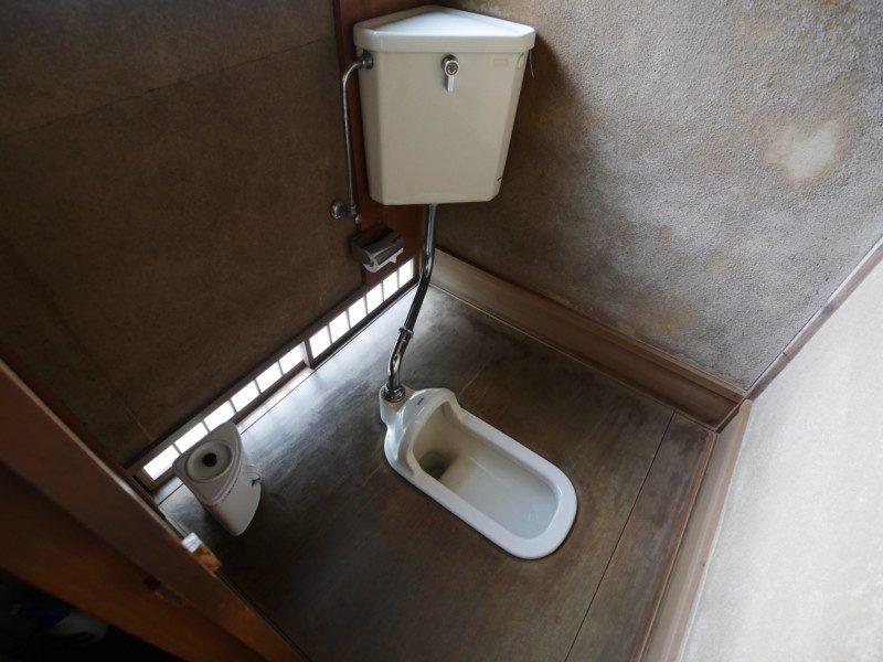 針金ハンガーで解消できる和式トイレのつまりの原因