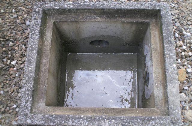 トイレがつまっている原因の排水桝を探す